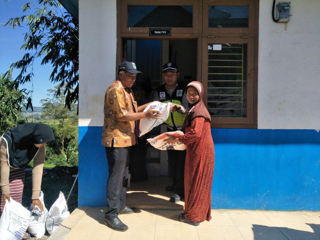 Bhabinkamtibmas Desa Wiyurejo Polsek Pujon Polres Batu Pantau Pembagian Rasidi (Beras Bersubsidi)