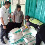 Giat Polres Batu Bhabinkamtibmas Polsek Batu Kolaborasi Pemerintahan Kelurahan Sinergi Penyaluran Bahan Pokok Berupa Beras Kepada Warga Yang Kurang Mampu