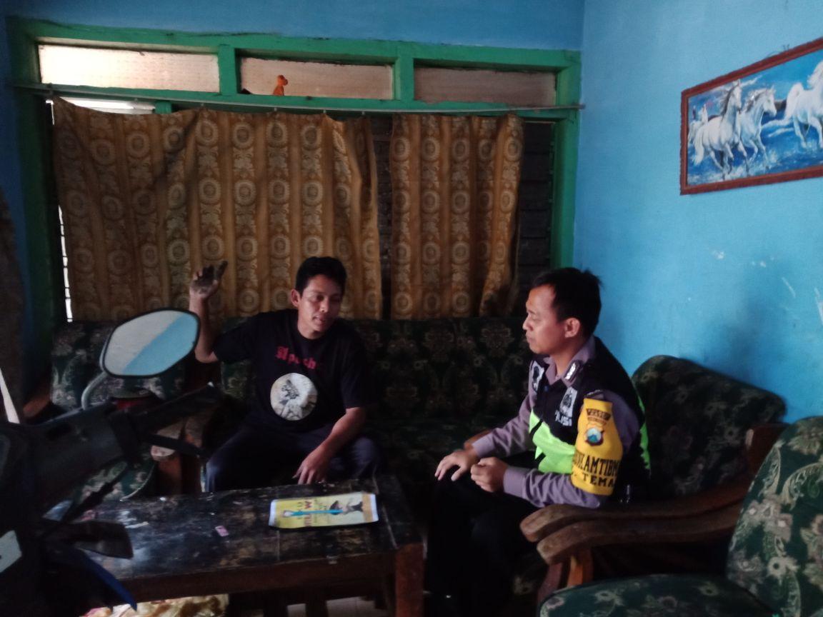 Anggota Polsek Batu Kota Polres Batu Door To Door System Kunjungan Warga Masyarakat Desa Binaannya