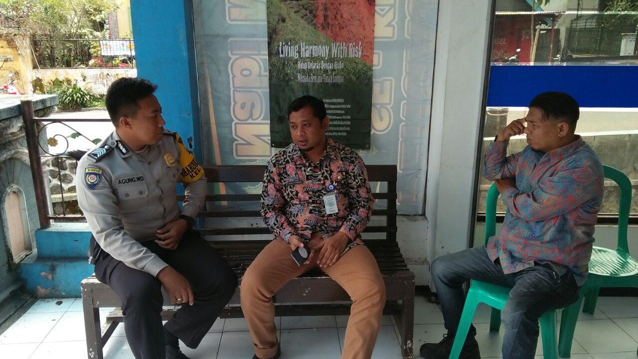 SAMBANG BHABIN KEL.SISIR POLSEK BATU KOTA POLRES BATU KEPADA PERANGKAT KELURAHAN SISIR