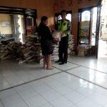 Bhabinkamtibmas Polsek Pujon Polres Melaksanakan Pengamanan Untuk Pembagian Rasidi Desa Madiredo