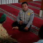 Giatkan Silaturohmi Takmir Masjid Oleh Anggota Bhabinkamtibmas Desa Sidomulyo Polsek Batu Polres Batu Sampaikan Sosialisasi Kamtibmas