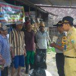 Anggota Polsek Batu Polres Batu Mendamingi Lurah Desa Songgokerto Bagikan Polar Kepada Pemilik Sapi