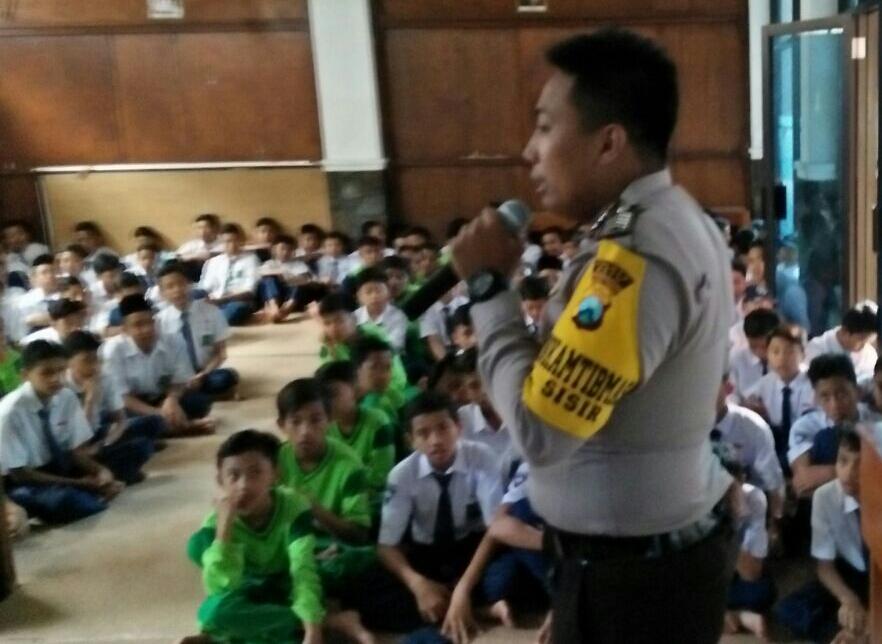 Antisipasi Kekerasan Pada Anak , Bhabin polsek Batu Polres batu Binluh di SMP Islam Batu