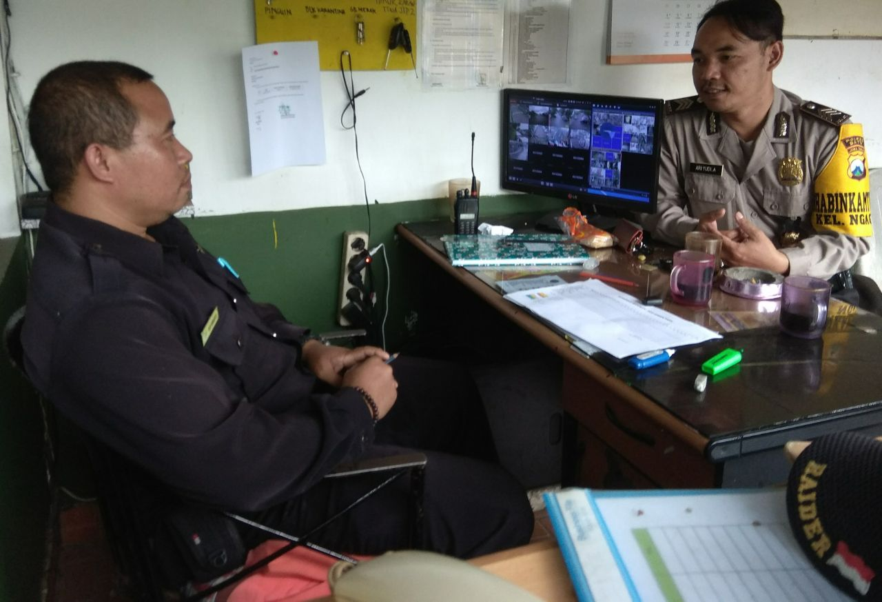 Bhabinkamtibmas Polsek Batu Kota Polres Batu Menyambangi Anggota Satpam Sampaikan Pesan Kamtibmas