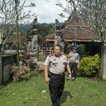 Kapolsek Kasembon Polres Batu Bersama Anggota Berpatroli Tempat Ibadah Pure Watu Dodol