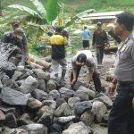 Bhabin Desa Pagersari Polsek Ngantang Polres Batu Datang Dalam Giat Kerja Bakti Warga