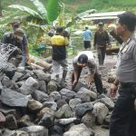 Anggota Bhabinkamtibmas Polsek Ngantang Polres Batu Datang Dalam Giat Kerja Bakti Warga