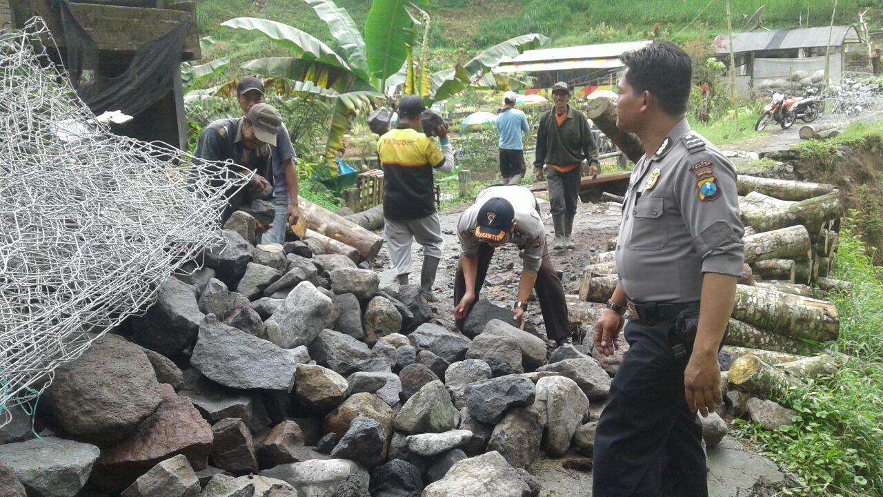 Anggota Bhabin Pagersari Polsek Ngantang Polres Batu Datang Dalam Giat Kerja Bakti Warga