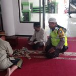 Anggota Bhabin Polsek Bumiaji Polres Batu Silaturohim Takmir Masjid Desa Tulungrejo