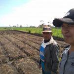 Anggota Bhabinkamtibmas Polsek Junrejo Polres Batu Giatkan Silaturahmi Di Area Persawahan Punya Warga Desa Binaan