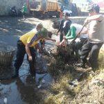 Kapolsek Bumiaji Polres Batu Bersama Dengan Masyarakat Melaksanakan Kerja Bakti Dalam Kegiatan Saber Pungli