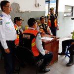 Anggota Polsek Batu Polres Batu Menjalin Sinergitas Tertib Berlalulintas Dengan Dishub Terminal Batu