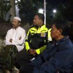 Anggota Bhabinkamtibmas Polsek Batu Kota Polres Batu Dengan Penjaga Tempat Pemancingan Batu