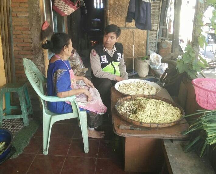 SAMBANG DESA SATGAS KEMITRAAN BHABIN PESANGGRAHAN POLSEK BATU KOTA POLRES BATU TINGKATKAN KEPERCAYAAN MASYARAKAT PADA POLRI