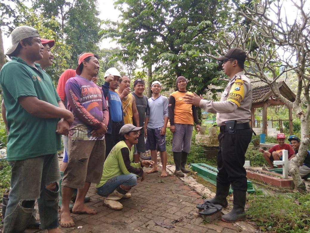 anggota bhabinkamtibmas Kel Temas kunjungi warga penggali makam berikan himbauan kamtibmas