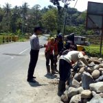 Sambang kepada masyarakat , anggota Bhabinkamtibmas Polsek Kasembon Polres Batu Sambang ke Pekerja Pemasangan Bronjong Sampaikan Pesan kamtibmas