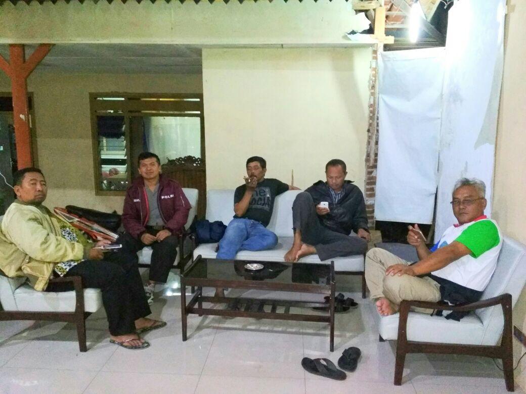 Anggota Bhabinkamtibmas Desa Pendem Polsek Junrejo Polres Batu Melakukan cangkrukan Dengan Kasun Desa Pendem.
