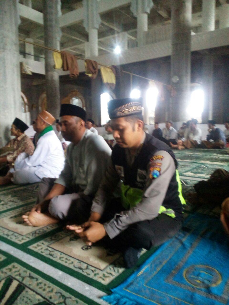 Bhabinkamtibmas Polsek Pujon Polres Batu Menghadiri Pengajian Menyambut Isra' Mi'raj Di Masjid Nurul Huda