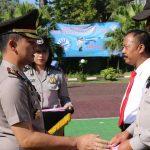 Kapolres Batu Memberikan Reward Kepada Anggota Yang Berprestasi Disaat Upacara Kesadaran Nasional