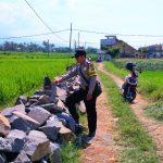 Bhabin desa Pendem Polsek Junrejo Polres Batu tinjau pelaksanaan pembangunan plengsengan