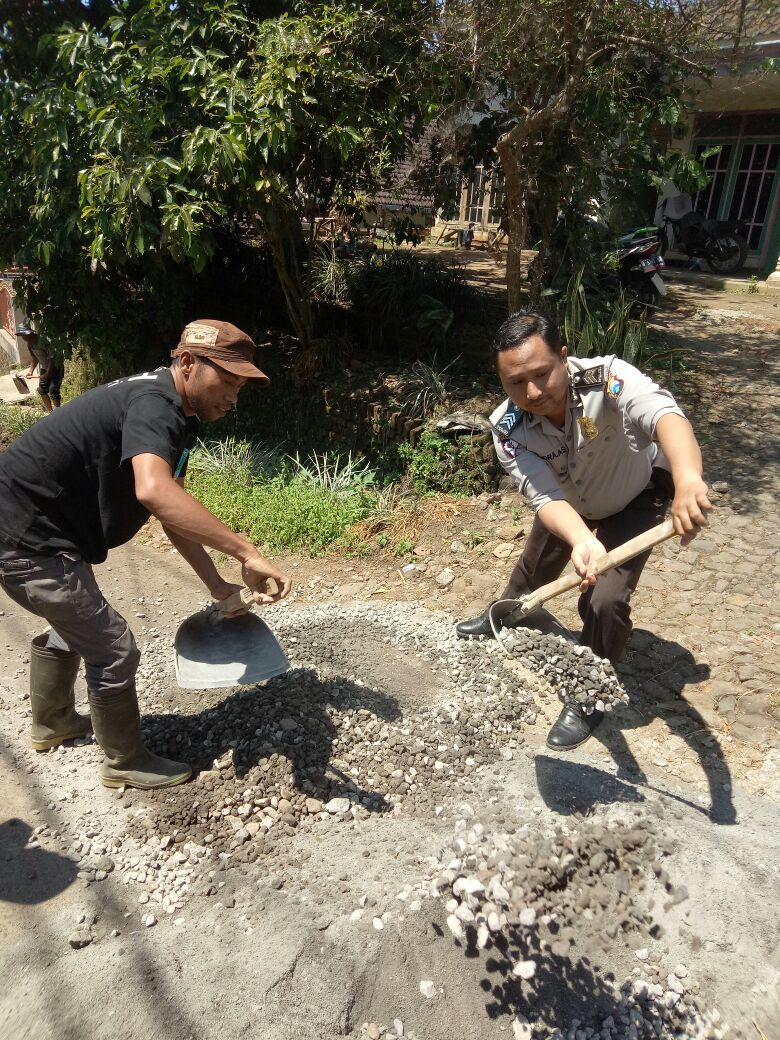 Wujud Pengawasan Dana Desa Bhabinkamtibmas Desa Oro Oro Ombo Polsek Batu Kota Bersama Warga Dresel Lakukan Giat Kerja Bhakti