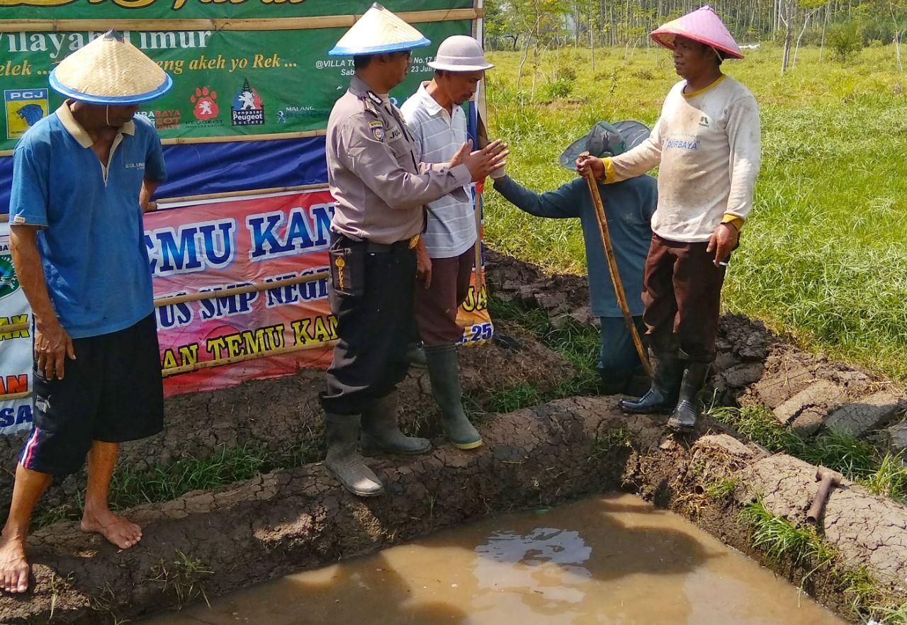 Pemberdayaan Masyarakat Bhabin Kelurahan Songgokerto Polsek Batu Kota Polres Batu Ajak Warga Budidaya Ikan Dalam Kolam Plastik
