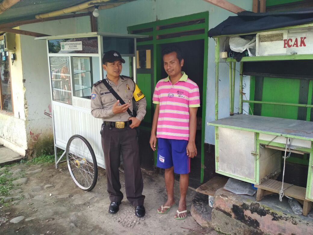 Giat Sambang, Bhabinkamtibms Desa Pendem Polsek Junrejo Polres Batu Sambng Warganya yang Sedang Sakit