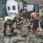 Membaur dengan warga Bhabinkamtibmas Desa Bayem Polsek Kasembon Polres Batu turut serta membantu proyek Rabat jalan Desa