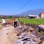 Kegiatan Kerja Bakti, Bhabinkamtimas Desa Pendem Polsek Junrejo Polres Batu Sambang Pembangunan Plengsengan Area Pertanian Desa Binaan