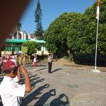 Bhabinkamtibmas Polsek Batu Kota Polres Batu Jadi Pembina Upacara di SD Negeri Songgokerto 02 Batu