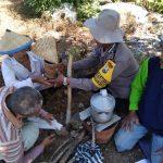 Bhabin Polsek Batu Polres Batu Membuat Tiwul Bersama Warga
