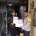 Dukung Zona Integritas Polres Batu Bhabin Kelurahan Songgokerto Polsek Batu Kota Masang Brosur Layanan Kepolisian