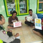 Giat sambang Bhabin Ds. Bayem Polsek Kasembon Polres Batu Membagikan Brosur Layanan Kepolisian