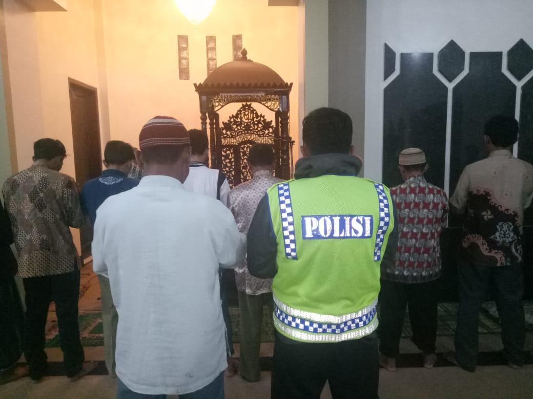 Anggota Polsek Pujon Polres Batu Giat Memakmurkan Masjid Baiturrohman Desa Pandesari