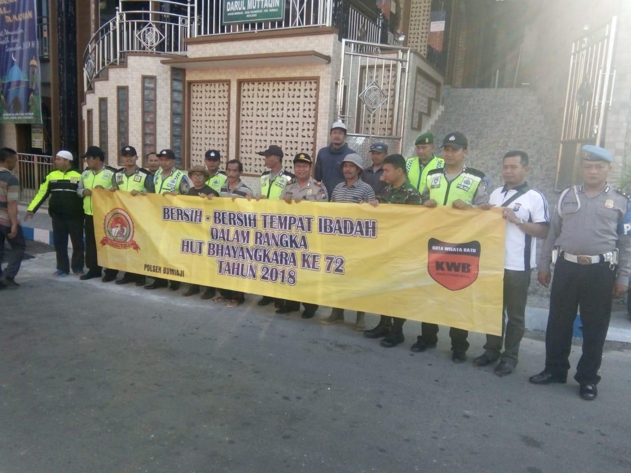 Dalam Rangka Menyambut HUT Polri Ke-72 Anggota Polsek BUMIAJI Polres Batu Bersihkan Masjid Darul Mutaqin