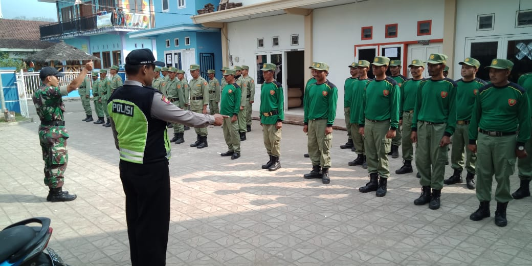 Bhabinkamtibmas Polsek Pujon Polres Batu (3 Pilar) Memberikan Pelatihan Linmas