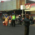 Personil Pos Pam Pujon Polres Batu Pengaturan Lalulintas Di Perempatan Pasar Pujon