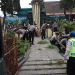 Dalam Rangka Menyambut HUT Polri Ke-72 Polres Batu Dan Polsek Pujon Bersihkan Monumen Status Quo