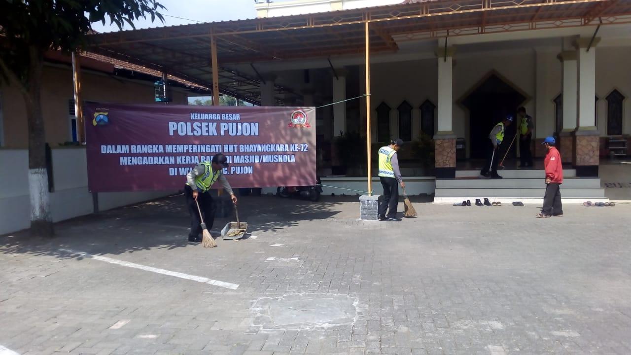 Dalam Rangka Menyambut HUT Polri Ke-72 Anggota Polsek Pujon Polres Batu Bersihkan Masjid Baiturrohman