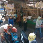 Anggota Bhabinkamtibmas Temas Polsek Batu Kota Polres Batu Jalin Kemitraan Sambang Dengan Juru Parkir Di Pasar