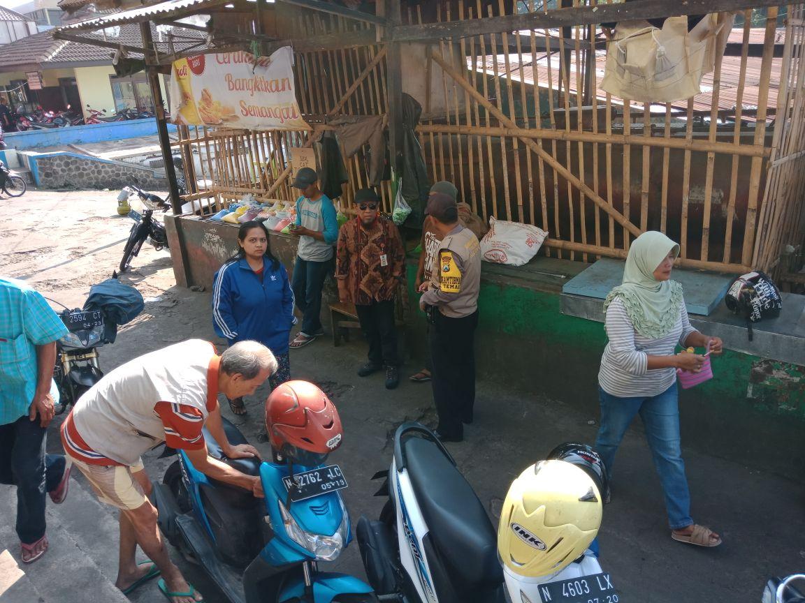 Bhabinkamtibmas Kelurahan Temas Polsek Batu Kota Polres Batu Jalin Kemitraan Sambang Dengan Juru Parkir Di Pasar
