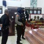 Sat Sabhara Polres Batu melaksanakan giat sterilisasi gereja di Kota Batu