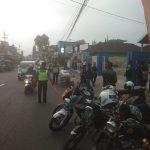 Anggota Pospam Pujon Polres Batu Membantu Kelancaran Lalulintas Dalam Pembagian Takjil Komunitas Yamaha