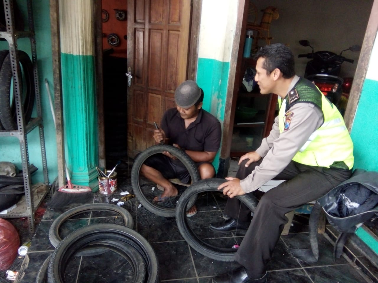 Bhabinkamtibmas Polsek Pujon Polres Batu Silaturrahmi Ke Pengrajin Ban Bekas