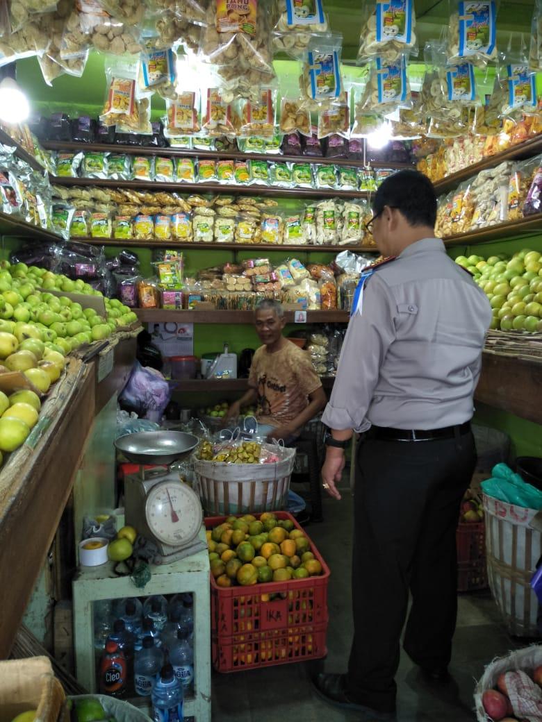 Kapolsek Pujon Polres Batu Sambangi Pedagang Buah Di Pasar Wisata Dewi Sri