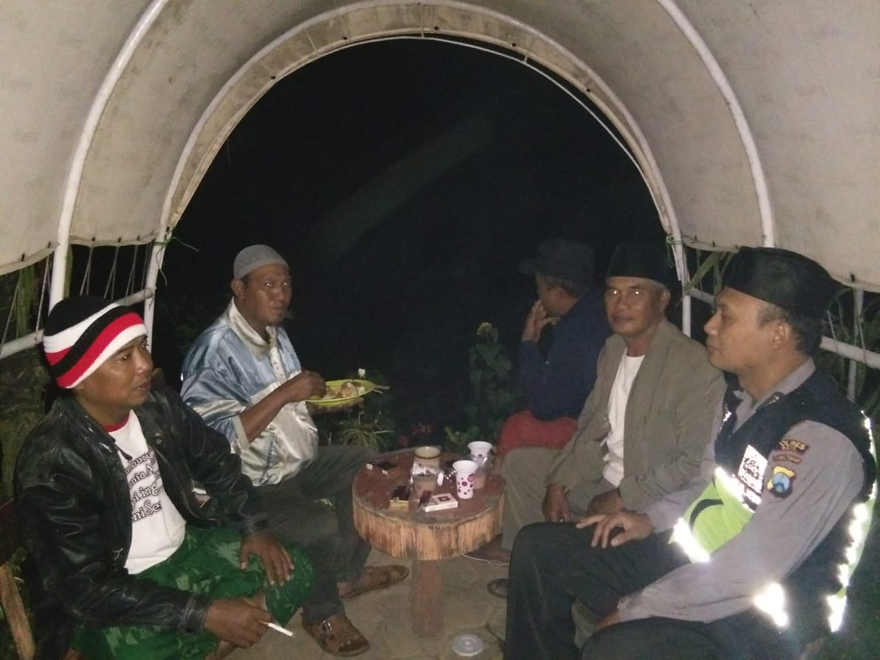 Bhabinkamtibmas Polsek Pujon Polres Batu Sambang Tokoh Masyarakat Desa Pujon Kidul