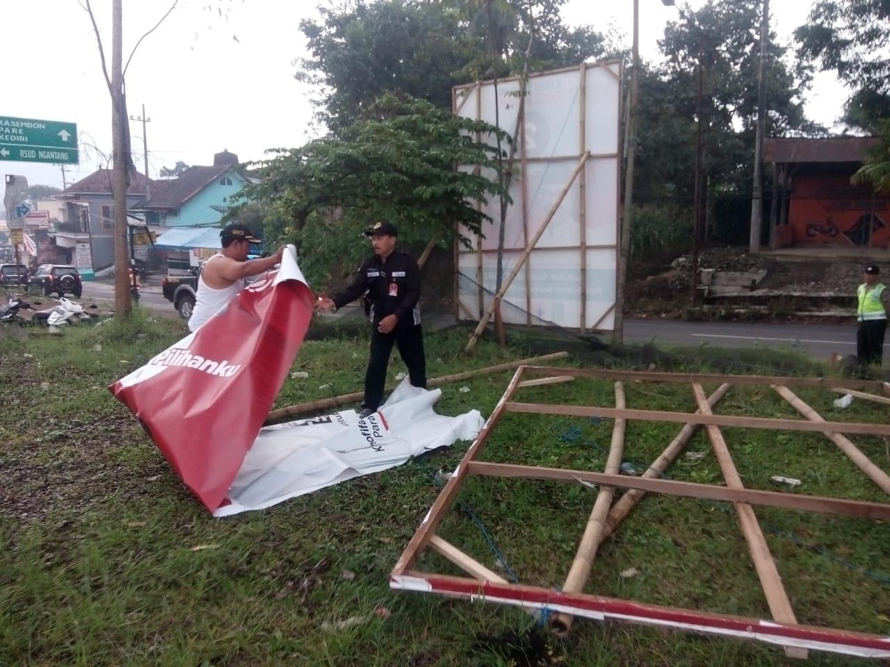 Kanit Sabhara Polsek Ngantang Memberikan Pengamanan penurunan alat Peraga Oleh Bawaslu Kec Ngantang Kab Malang