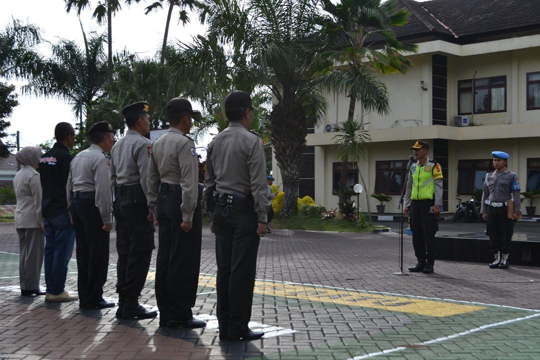 Kabag ops Polres Batu Memimpin apel pagi Menjelang pencoblosan Pilgub Jatim 2018
