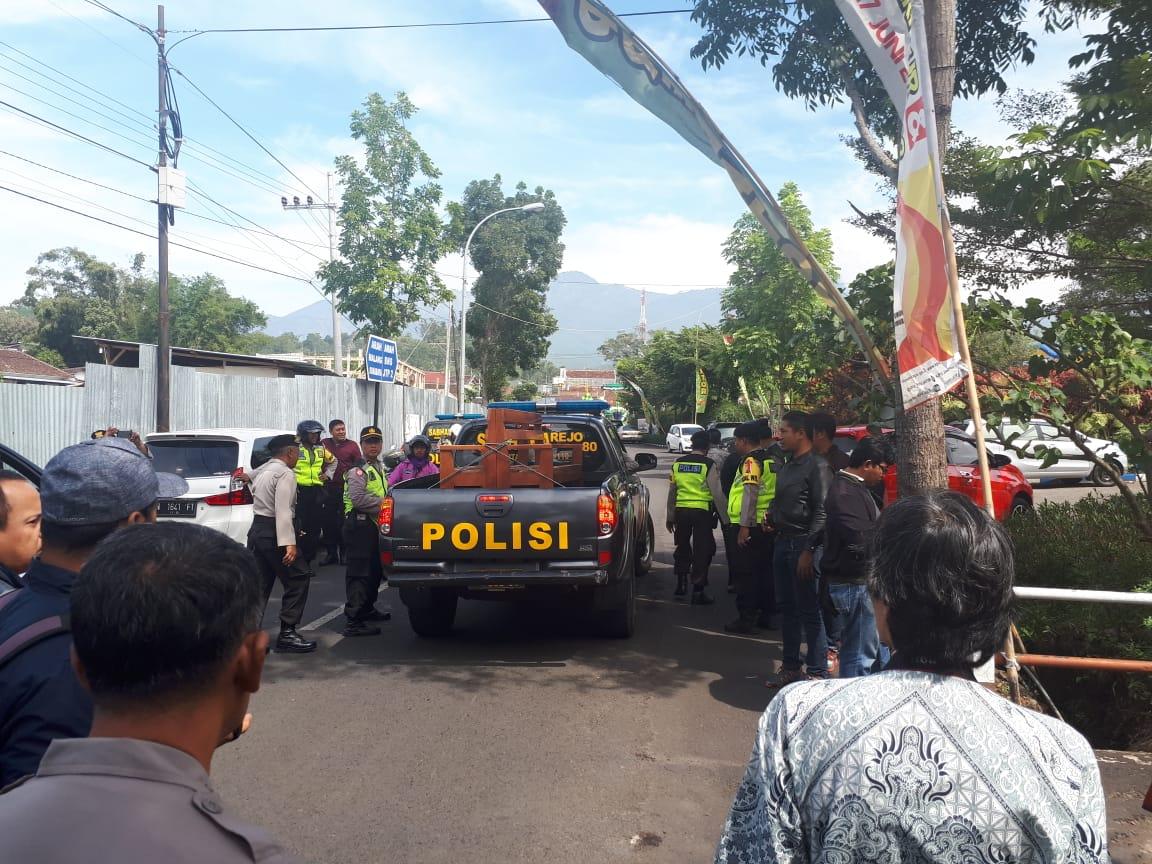 Polsek Junrejo Memeberikan Pengamanan Pedistribusian Logistik Pilgub Jatim 2018